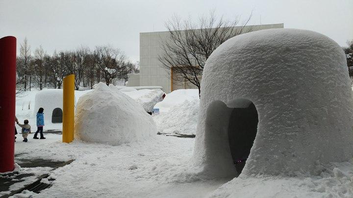 秋田故鄉村也展示小規模的雪屋聚落,除了傳統造型雪屋,還有俏皮的貓咪雪屋和愛心門口造型雪屋,都可以走進屋內隨意參觀拍照。記者楊德宜/攝影