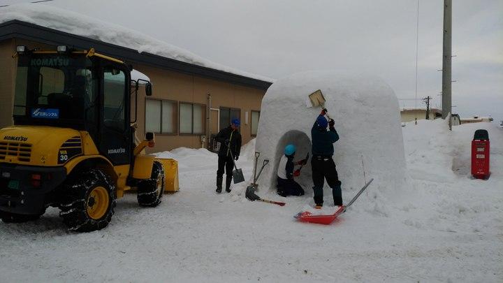 工作人員於活動前幾天,在JR横手車站外就搭建起雪屋,不只數名人力執鏟,還有出動機具工程車。記者楊德宜/攝影
