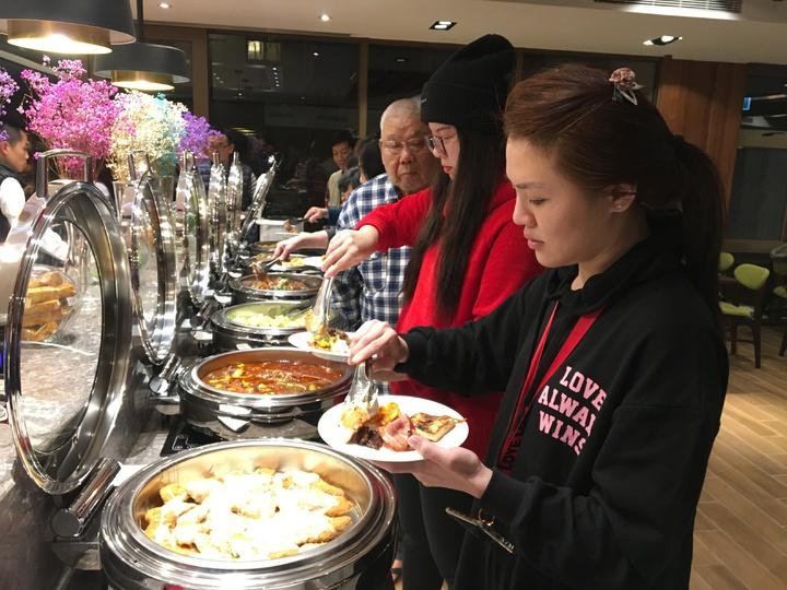福康飯店為撤離戶準備了中西合併的自助餐。記者徐庭揚/攝影