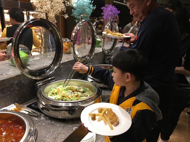 小朋友第一次在飯店吃年夜飯,難掩興奮。記者徐庭揚/攝影