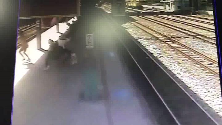 苗栗火車站監視畫面顯示,陳女(左)疑趁普悠瑪列車進站時,衝向列車,被撞彈飛10公尺遠,摔落軌道上慘死。記者黃瑞典/翻攝