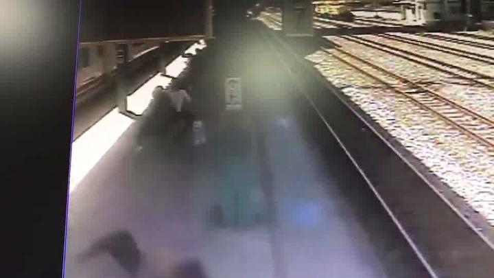 苗栗火車站監視畫面顯示,陳女(左下)疑趁普悠瑪列車進站時,衝向列車,被撞彈飛10公尺遠,摔落軌道上慘死。記者黃瑞典/翻攝
