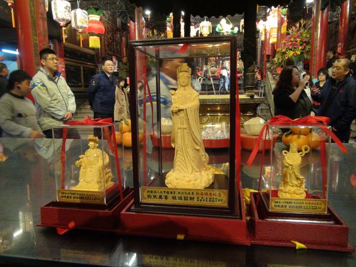 大甲鎮瀾宮今年搶頭香,祭出一尊價值3萬元的金媽祖當頭獎。記者余采瀅/攝影