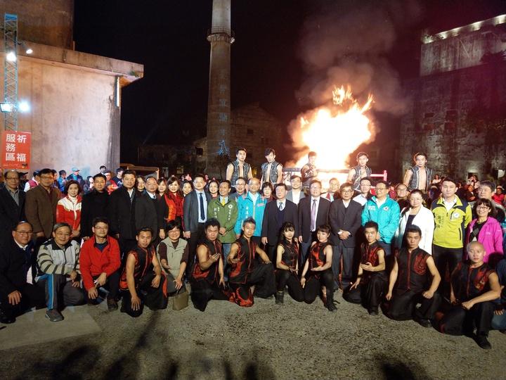 「歡樂宜蘭年」活動邁入第25年,晚上在中興文創園區點燃爐火,舉辦除夕守歲晚會。 記者戴永華/攝影