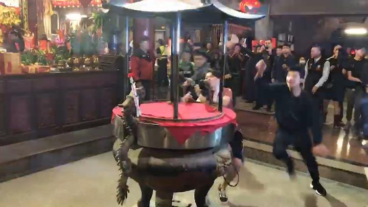 雲林縣西螺福興宮今晚舉辦守歲活動,頭香由王碩偉奪得。記者陳雅玲攝影