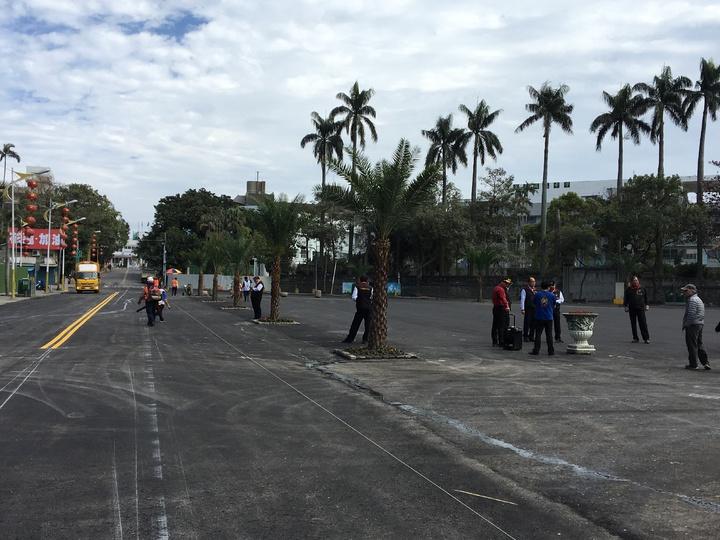 統帥飯店旁的周邊,將於今天下午2點過後完成道路標線等作業。記者徐庭揚/攝影