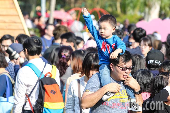 家長背著小孩在人群中穿梭。記者鄭清元/攝影