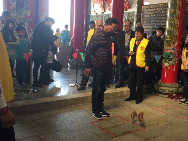 烈嶼鄉的「保生大帝廟擲聖筊競賽」今天進入決賽,現場還是有不少民眾熱情參與。記者蔡家蓁/攝影