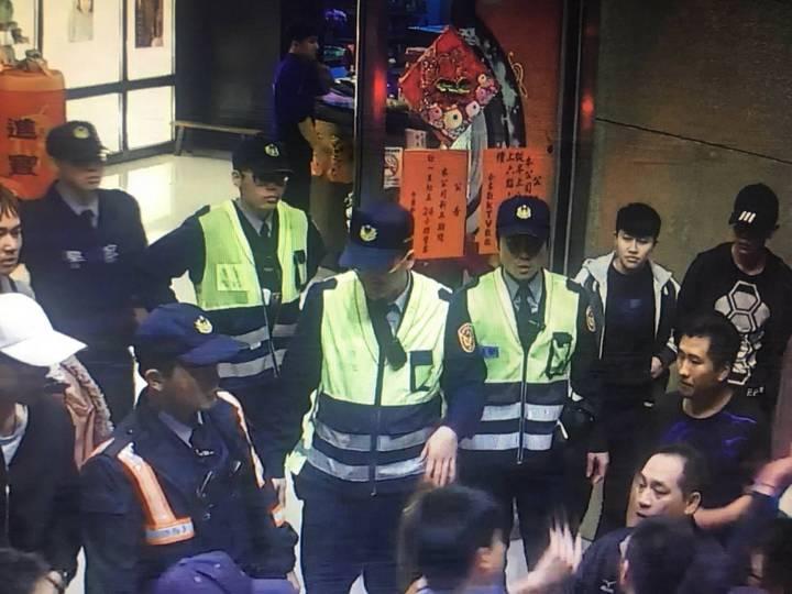 嘉義市西區某家KTV發生衝突事件,警方出動快打部隊控制秩序,避免衝突擴大。圖/嘉義市警察局提供