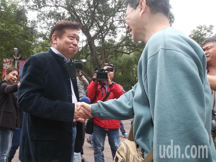 陸委會前副主委張顯耀表明要參選台北市長,民眾給張顯耀打氣加油。記者楊萬雲/攝影