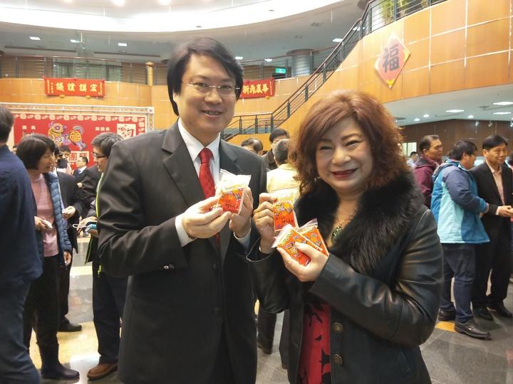 宋瑋莉也親手把平安米送給林右昌。記者游明煌/攝影