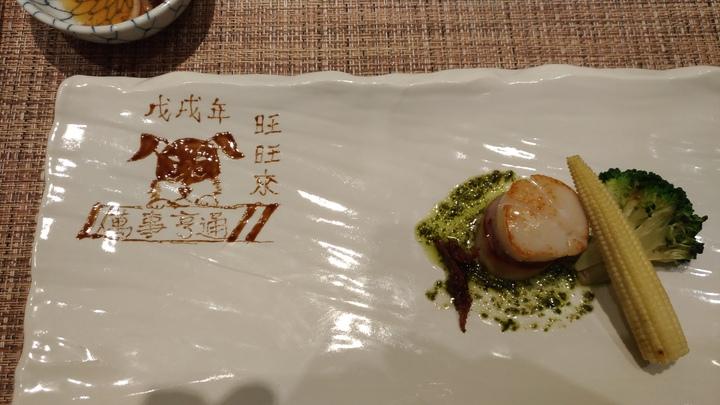 台中市的鐵板燒廚師王顗荃擅長用沾醬在盤上作畫,成為個人特色。記者黃寅/攝影