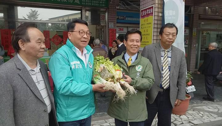 今天大年初六開工日,立委陳歐珀(左2)在羅東服務處進行開工團拜,同時祈求年底五合一大選民進黨團結勝選。記者張芮瑜/攝影