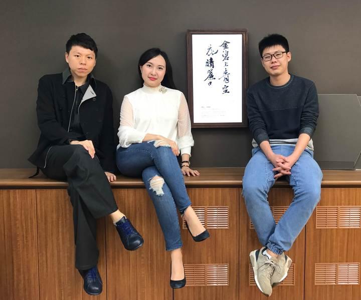 林書民(左起)、蕭中芸、巫超凡共創數位作品《雲起時》榮獲2017亞洲數位藝術大賞。圖/交大提供