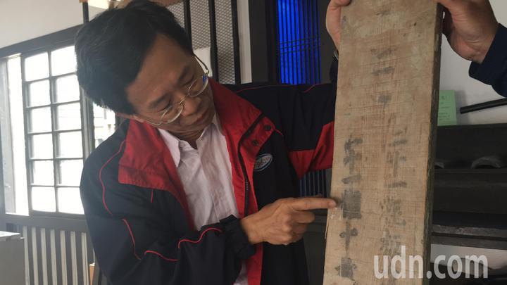 檜木地板上有「21粍」的字樣,據調查是公厘單位,代表木板厚度2.1公分。記者吳淑玲/攝影