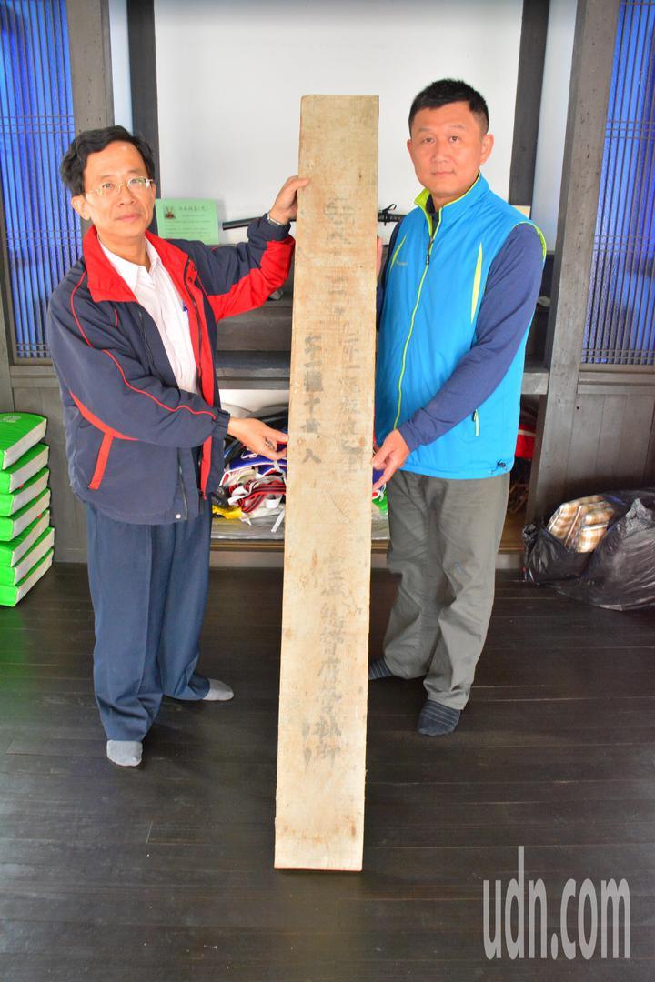 台南新化武德殿志工大隊長陳楠修(左)和志工,過年前大掃除,找到日據時期的檜木地板。記者吳淑玲/攝影