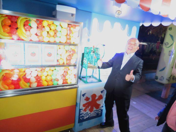 蘇貞昌玩「跑跑冰果室」拉剉冰機,也幸運中大獎。記者魯永明/攝影