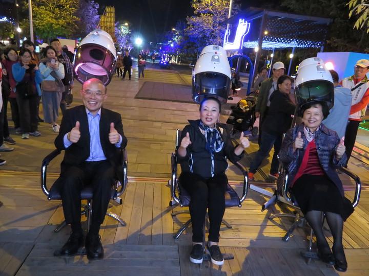 行政院前院長蘇貞昌(左)與妻子(右)由縣長張花冠(中)陪同觀賞小女兒蘇巧純設計的235大樂園,坐在美髮椅燈具上,對面絢麗旋轉燈不斷轉動,發出音樂。記者魯永明/攝影