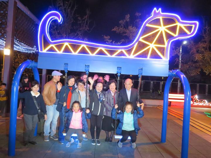 行政院前院長蘇貞昌(後右)帶家人到台灣燈會,由縣長張花冠(右三)陪同觀賞小女兒蘇巧純設計的235大樂園。記者魯永明/攝影