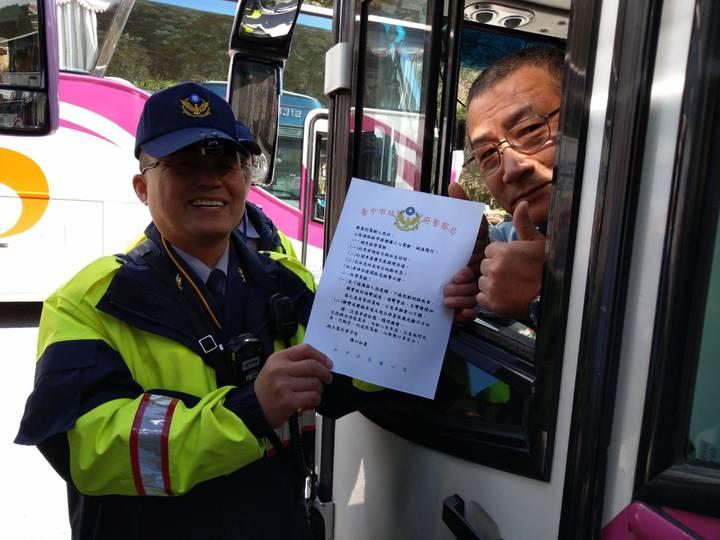 武陵櫻花季,和平分局針對遊覽車加強宣導。圖/和平分局提供
