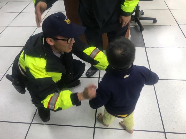 3歲男童迷路被帶到派出所,男警輪流抱。記者游振昇/翻攝
