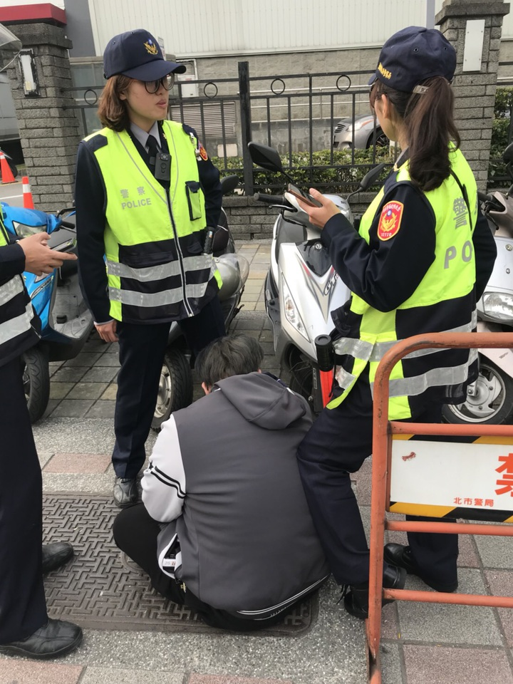 王姓男子因案被通緝,他騎機車上人行道違規,被警方攔下取締,不知眼前的女警黃筱婷(右)是馬拉松好手,竟跑給警察追,被追上壓制在地。記者李奕昕/翻攝