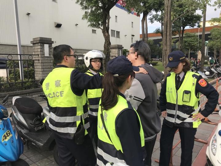 王姓男子因案被通緝,他騎機車上人行道違規,被警方攔下取締,不知眼前的女警黃筱婷(前)是馬拉松好手,竟跑給警察追,被追上壓制在地。記者李奕昕/翻攝
