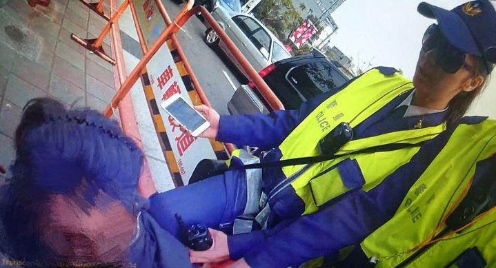 王姓男子因案被通緝,他騎機車上人行道違規,被警方攔下取締,不知眼前的女警黃筱婷是馬拉松好手,竟跑給警察追,被追上壓制在地。記者李奕昕/翻攝