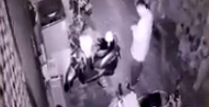 畫面中可疑男子涉及大年初四台南市南區住宅竊案,警方已積極偵辦中。翻攝自《爆料公社》