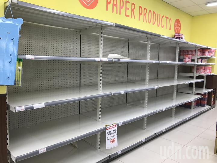 各大賣場架上的衛生紙幾乎被掃一空。記者陳秋雲/攝影