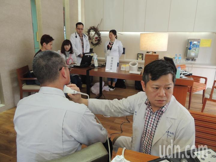 心臟科執業醫師陳識中提醒民眾,要小心頸動脈硬化是腦中風肇因之一,千萬別忽視,每年還是要定期進行經頸動脈超音波檢查。記者羅紹平/攝影