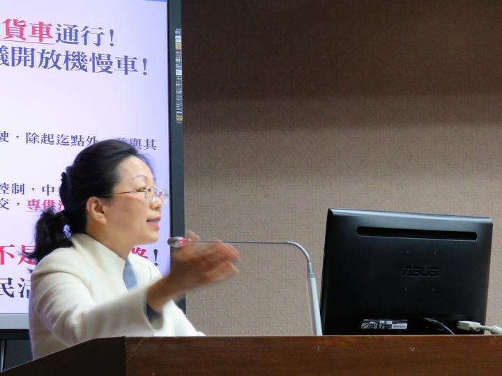 立委徐榛蔚今天在立法院交通委員會質詢時要求蘇花改提前開放大車通行。記者雷光涵╱攝影