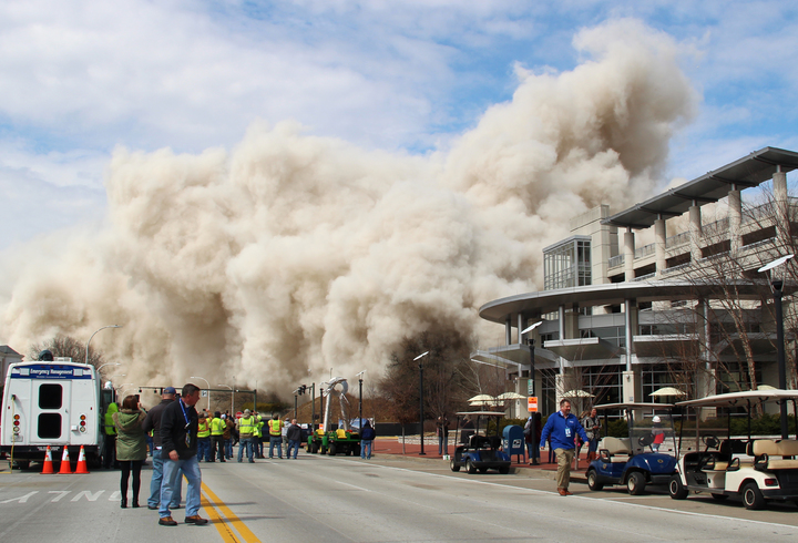 美國肯塔基州首府法蘭克福市28層的首府廣場大樓11日爆破拆除,圖為拆除後現場煙塵滿天。美聯社