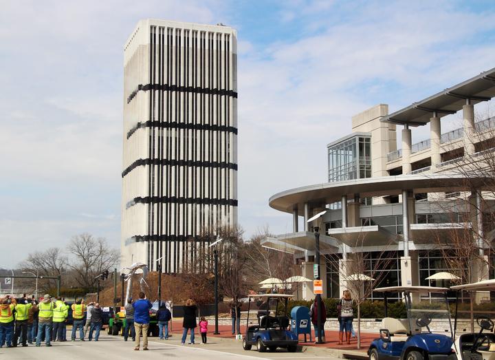美國肯塔基州首府法蘭克福市28層的首府廣場大樓11日爆破拆除,圖為拆除前照片。美聯社