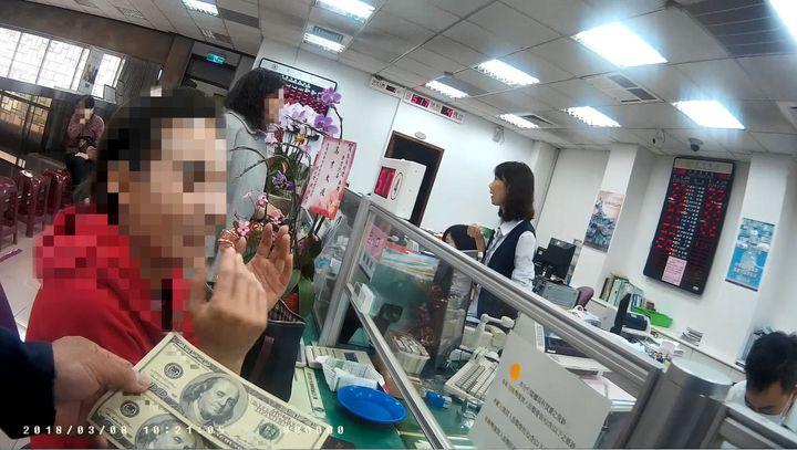 陳姓女子涉嫌持偽造美金到銀行兌幣,得知是偽鈔相當驚訝。記者林保光/翻攝