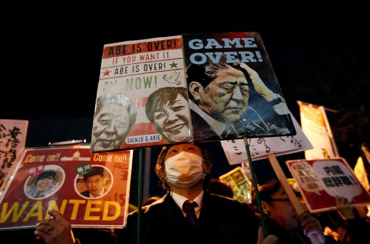 日本民間團體12日晚間在首相官邸外集結抗議,要求再度捲入國有地賤價出售森友學園疑雲的首相安倍晉三下台。路透
