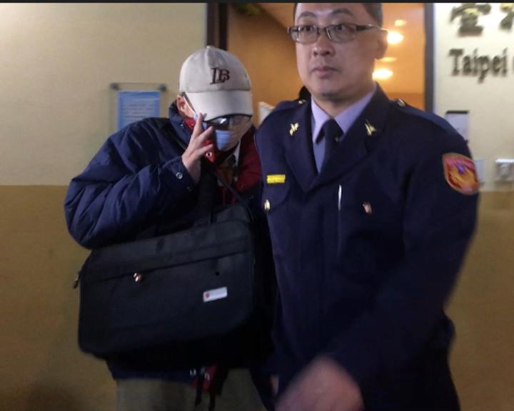 潘父在警方和友人陪同下離開殯儀館。記者林孟潔/攝影
