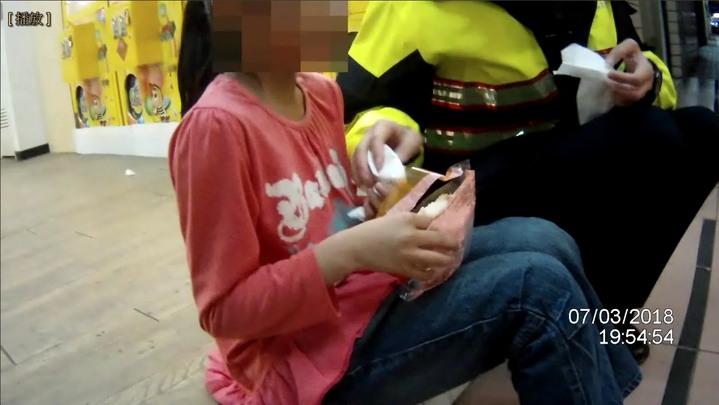 女童迷路,女警安慰她,幫她找回家人。記者游振昇/翻攝