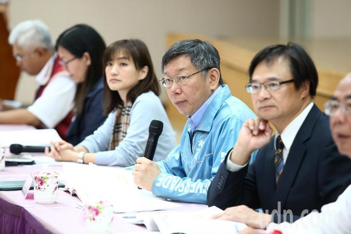 台北市長柯文哲(右二)上午與里長市政座談會,在樓下遇抗議陽明山保變住六之六開發案,會議全程不受訪。記者蘇健忠/攝影