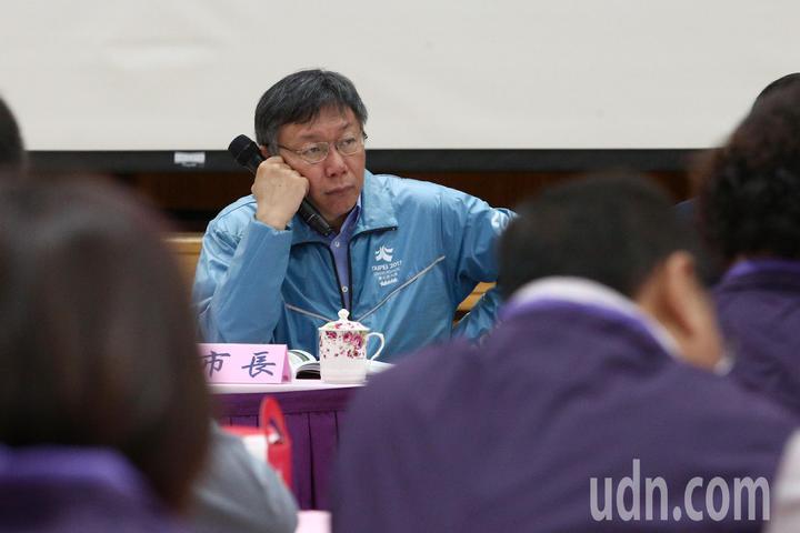 台北市長柯文哲上午與里長市政座談會,在樓下遇抗議陽明山保變住六之六開發案,會議全程不受訪。記者蘇健忠/攝影