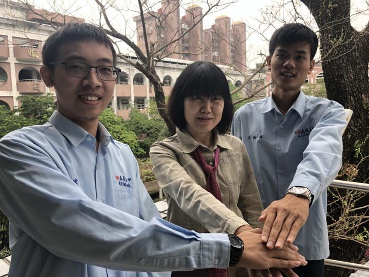 黃瑀鍀(右)、黃嘉宏(左)的國文老師王嘉琦誇讚兩人都是課業優秀、性格謙和的學生。記者王慧瑛/攝影