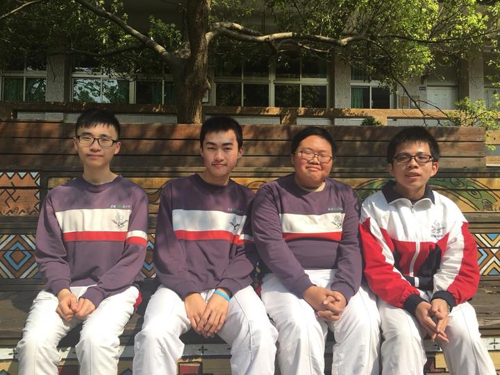 黃海峰(左起)、簡昱仁、范正翰都通過醫學系1階,鄭紹佑錄取台北醫學大學牙醫系。記者鄭國樑/攝影
