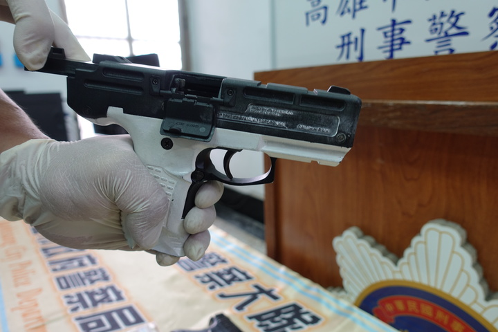 警方在王的衣物間外套中查到土耳其925手槍,王還把槍把漆成白色。記者劉星君/攝影