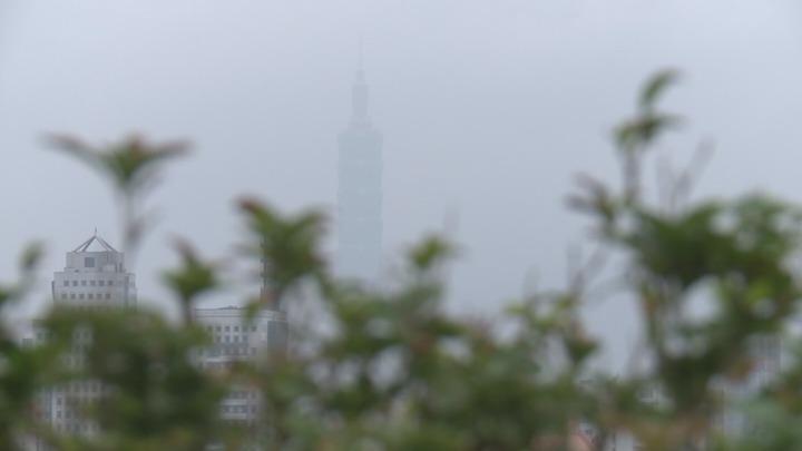 台灣西半部空汙嚴重,遠看101大樓只見霧茫茫一片。攝影/記者王彥鈞