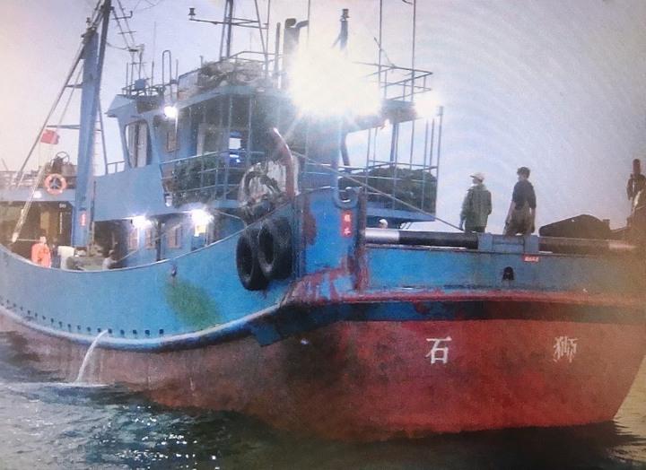 中部海巡艦艇聯手出擊,外海查扣越界陸船閩獅漁,帶回蔡姓船長等10人及漁獲。圖/海巡局提供