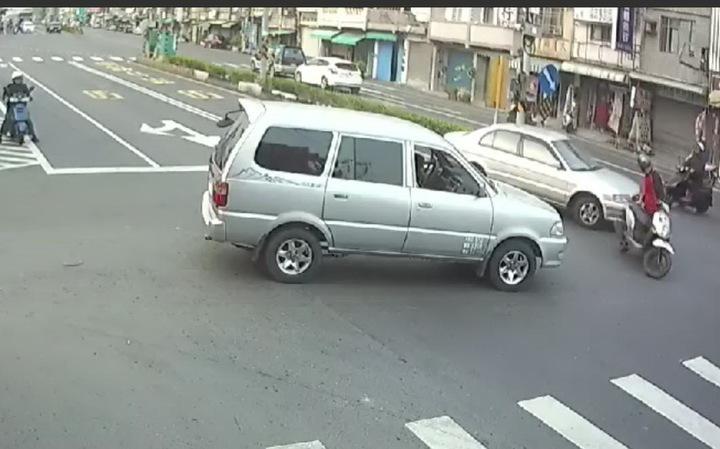 胡姓機車男在路口被酒女撞到,他扶正機車時,機車突然往反方向加速駛離。記者潘欣中/翻攝