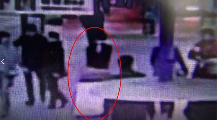 陳姓男子拖裝有女友遺體的行李箱進入中山捷運站。記者林孟潔/翻攝