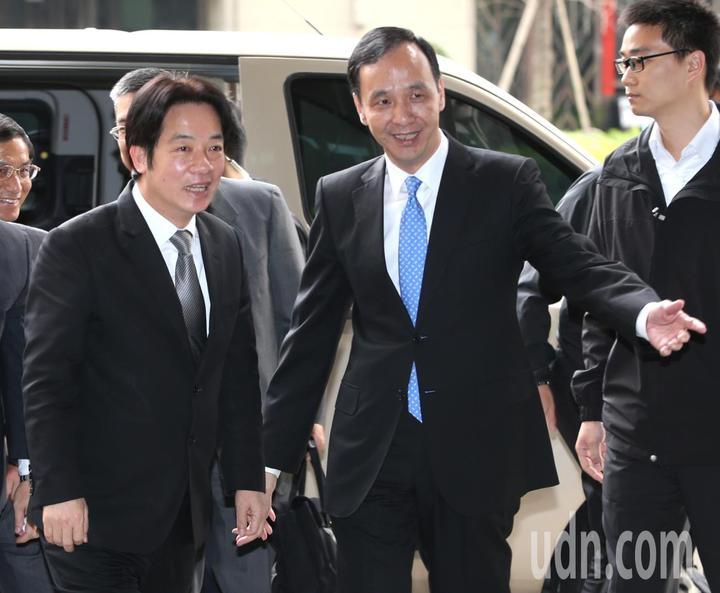 新北市長朱立倫(中)接待行政院長賴清德(左)。記者侯永全/攝影