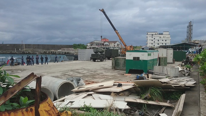 綠島碼頭上午停著海軍登陸艇,載滿鷹式飛彈相關裝備。網友提供