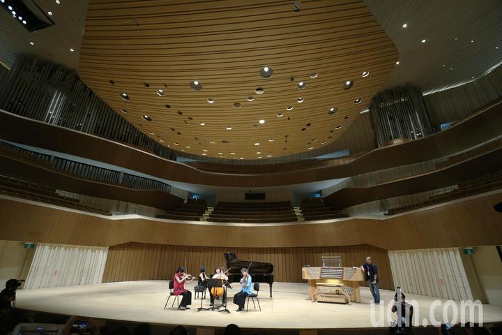 文化部長鄭麗君今天前往衛武營藝文中心訪察,並現場體驗擁有2,000席的衛武營音樂廳國際級的聲響設計與效果。記者劉學聖/攝影